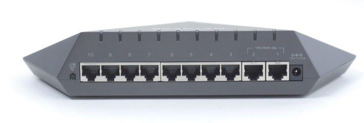 Netgear SX10 具備 2 個 10G/mGig 埠和 8 個1G 埠,另外還有關掉 LED 燈的按鈕。