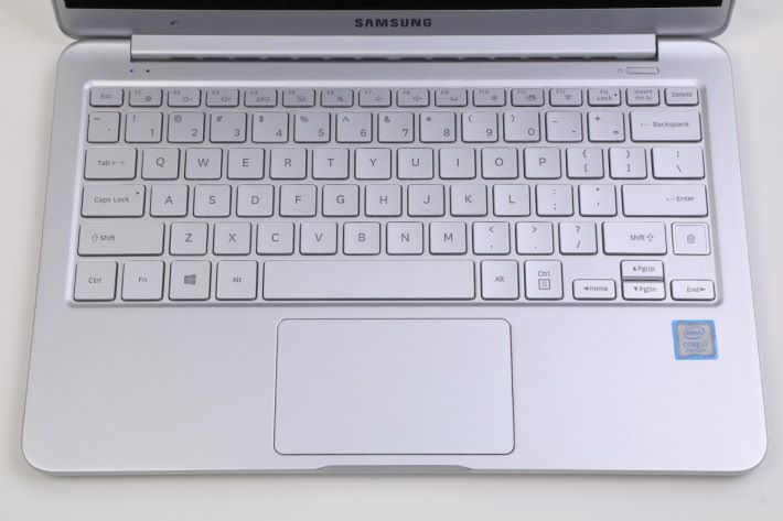 Full Size 鍵盤輸入更加就手。