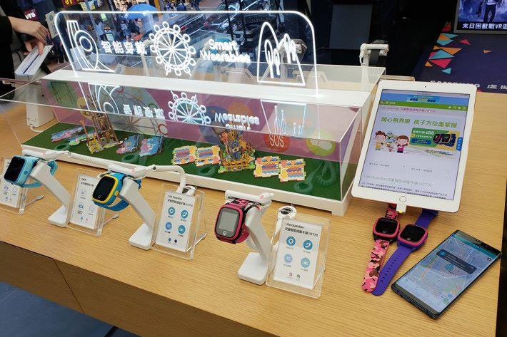 一樓設有智能家居體驗展區,當中有展出適合小朋友使用的穿戴式裝置。