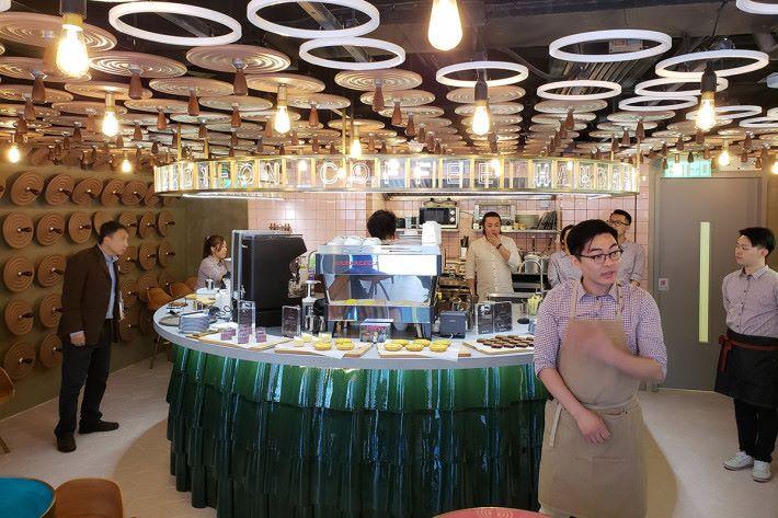 三樓為中國移動香港夥拍 Hands-on Coffee 開設的「Hands-on Coffee @ CMHK」。提供精品咖啡及手沖咖啡,亦提供多款美食及甜品,以及一個舒適享用環境。