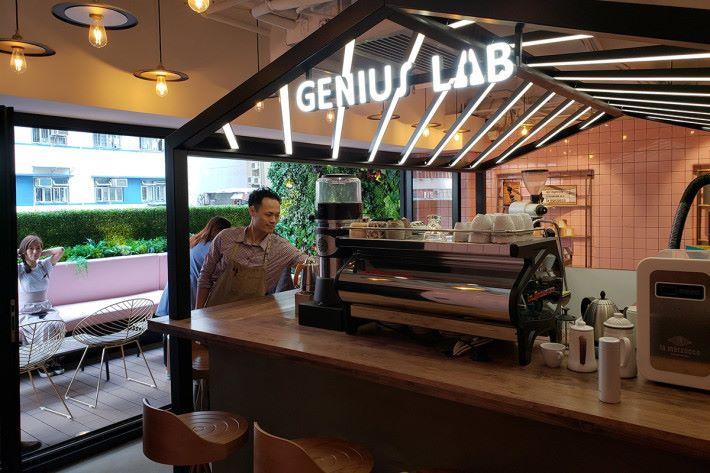 四樓「Coffee Genius Lab @ CMHK」為客戶帶來精品咖啡旅程,如咖啡品鑒及沖煮過程研習。