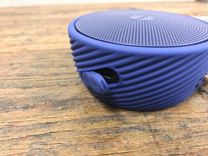 採用了矽膠外殼,並具備 IP54 防塵及防濺水功能。