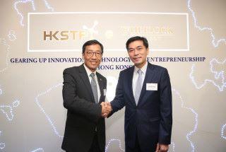 香港科技園公司行政總裁黃克強(左)及會德豐地產(香港)常務董 事黃光耀認為,HKSTP @Wheelock Gallery 將能為香港的創科生態圈注入動力。