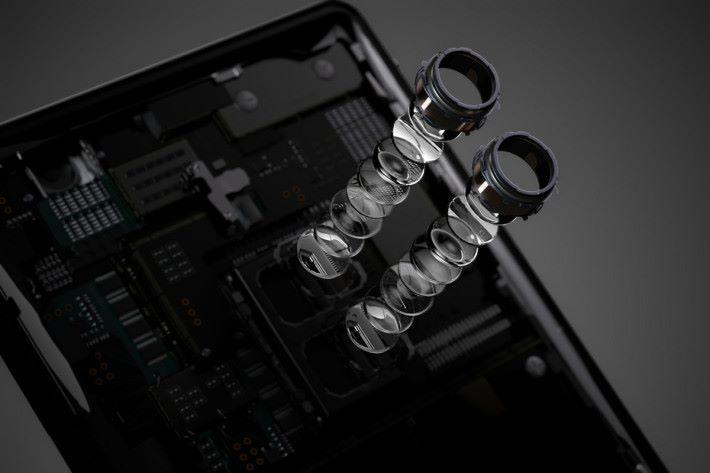 「Motion Eye Dual Camera」屬彩色與黑白感光元件的組合,更主打可利用 ISO 51,200 影相及使用 ISO 12,800 錄影.