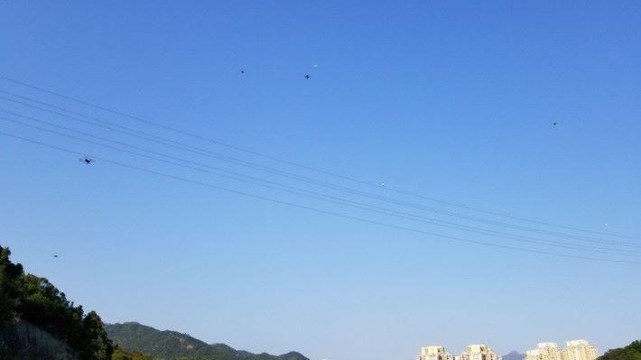 筆者有次到大圍富山水塘練飛,當時在空中的航拍機、模型飛機、模型直昇機多的是,試試放大相片看,可找到有幾多部航拍機?
