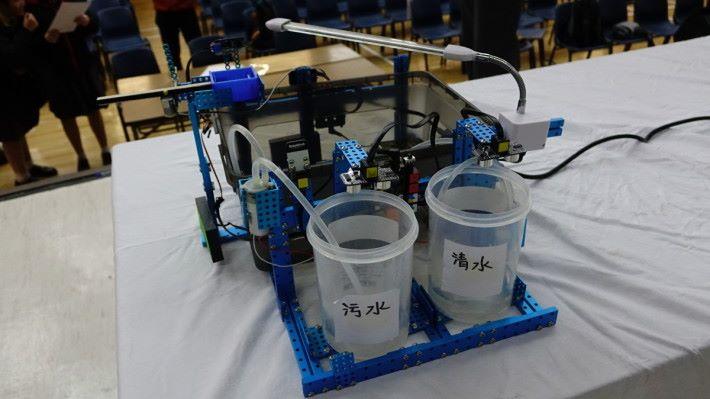 用超聲波感測器和水泵就可換水。
