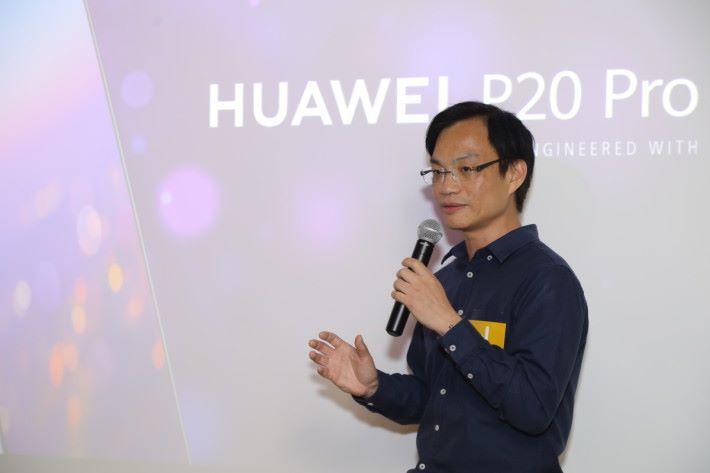 HUAWEI 高級產品經理Alex Yeung 為參加試玩會的朋友,詳細講解 P20 及 P20 Pro 的各樣特點。