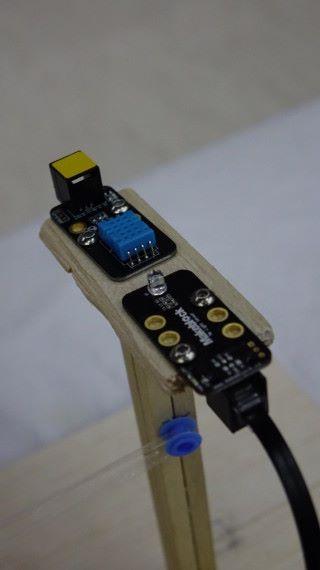 運用光感及濕度感應器作智能判斷。