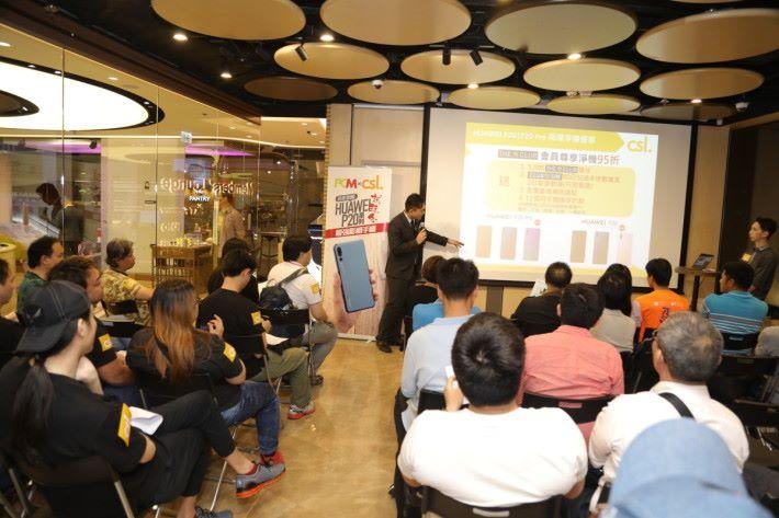 「io.t by HKT」概念店代表於試玩會上提供即場淨機優惠,吸引了不少參加者的查詢。