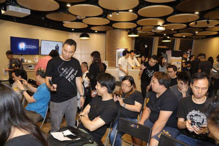 參加者都對 P20 系列的拍攝功能十分感興趣,並即場詢問相關功能的使用要點。