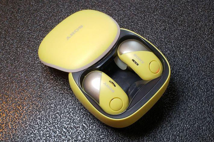 耳機電池續航時間約為三小時,而便攜充電盒可提供額外兩次充電,合共可高達九小時的電池續航力。