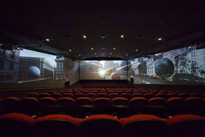 將放映室兩邊牆也變成銀幕的 Screen X 技術