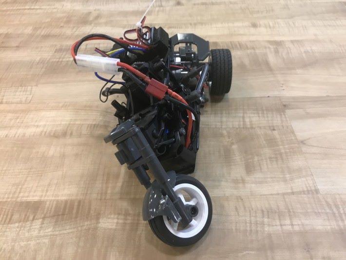 遙控三輪車的轉向系統設在車尾,每次轉彎時,整個車身都會大幅度的向左或向右傾斜,令前段車身會左右傾側,但後方的雙輪還是保持水平,自然達到轉彎效果,在行走直路時車身會回直。