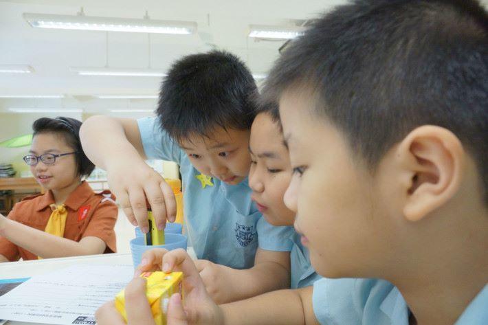 老師透過酸鹼性實驗的活動,讓學生知道如何選擇健康飲品,當中也會學習運用儀器。