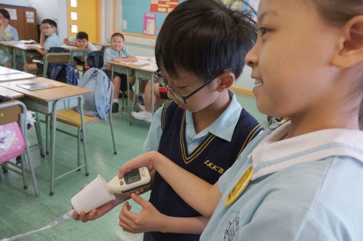 五年級學生經由聲音物理實驗,運用分配儀學習如何令聲音的傳播更清晰,緊接也可運用知識製作喇叭。