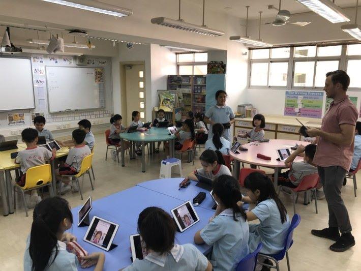 將運算思維內容變成戲劇故事,學生們需拯救小魚兒,然後分為四個步驟,包括簡介故事角色、觀察故事、理解困難和解決方式,圖中是第一節課堂,學生會理解故事角色。