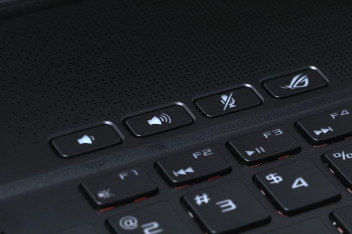 GM501 於鍵盤上方提供「ROG」快捷鍵,玩家可以迅速喚出各項遊戲功能。