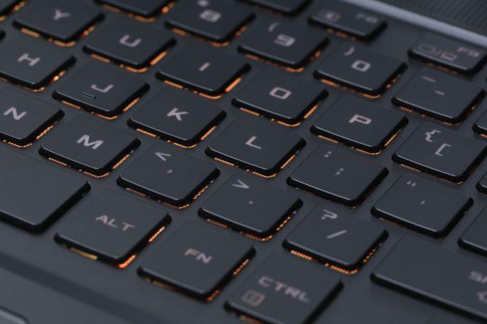 鍵盤用上獨家的 Overstroke 技術製作,行程較短反應靈敏,並能配合 Aura Sync 功能調校燈光效果。