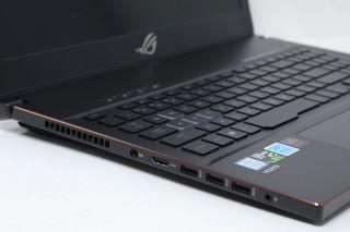 機身左右兩側提供四組 USB 端子及一組 USB Type-C 端子,能夠連接各式遊戲周邊配件。