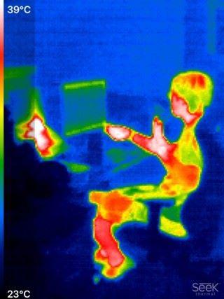 拍攝同事時,可發現電腦最熱的溫度是攝氏 39 度。