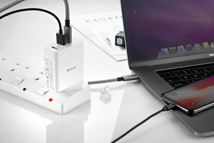 最高 60W 輸出,足夠為 MacBook Pro 充電。