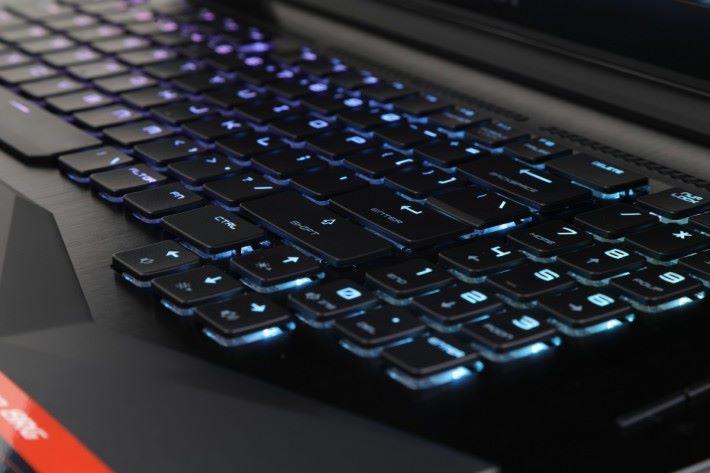 雖然鍵盤是機械式,但看上去亦像普通筆電鍵盤,不太厚。