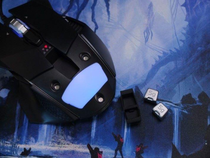 中央藏有 10g 砝碼,玩家可自由裝拆,增減重量強化手感。
