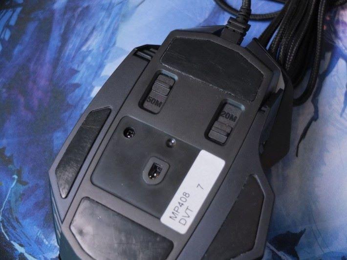 獨有的 Dual Omron Switch 設計,只要撥動底部的機關,玩家就能在 50M 或 20M 模式間切換。