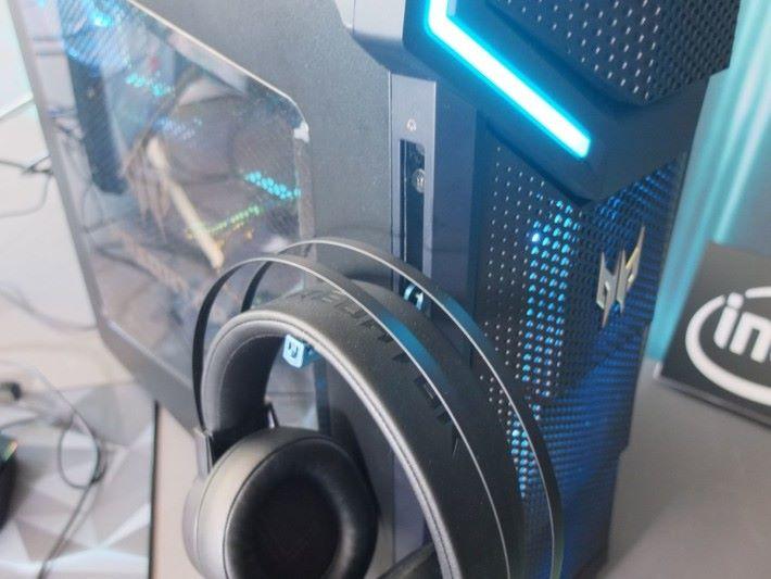 前置板兩側暗藏耳機掛架,方便平日收納耳機之用。