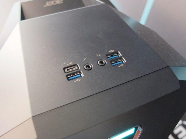 機頂位置設有 USB Type-C 及 USB 3.0 端子,並且可接駁耳機或收音咪。