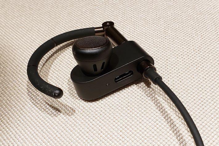 使用 14.2mm 釹磁鐵驅動單元,單元後方的暗格有兩個聲道和一個低音埠來優化聲音性能。另外,耳機使用USB-C介面充電,提高便利性。