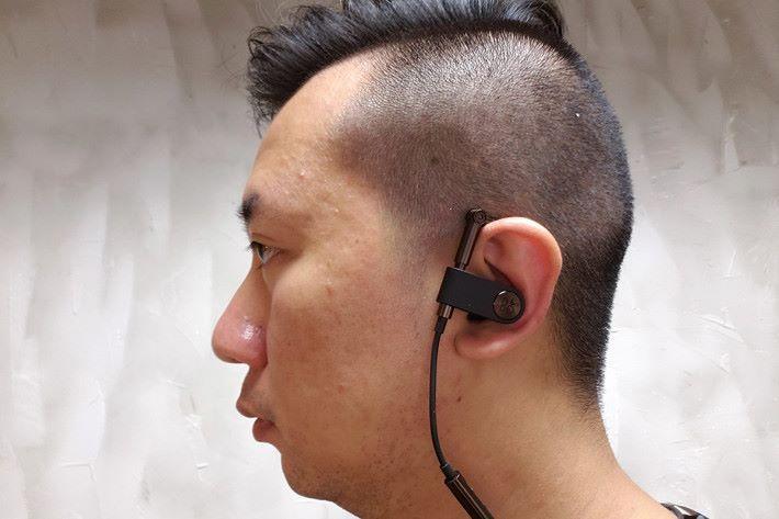 掛耳十分舒適,實試Earset時,因耳機不是入耳式設計,難免會聽到外界的聲音。