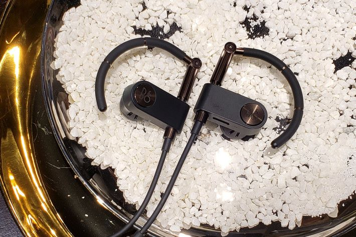 耳機設計靈感來自Anders Hermansen 於 2000 年時設計的一款耳機 A8,最大特點當然是掛耳設計了。