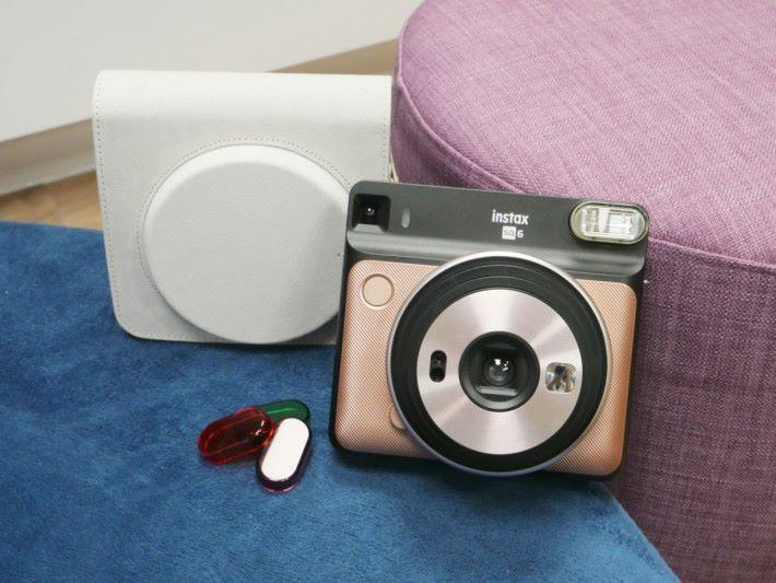 SQ6 設有橙、紫及綠色 3 款顏色閃燈罩,可拍出不同色調的相片。