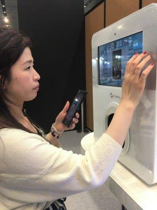 或美甲師直接在INAIL打印機屏幕上輸入客戶選取的圖案。
