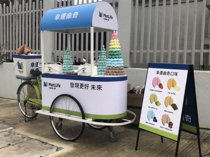 MetLife幸運曲奇車將於中午12 時至下午 6 時,會走訪香港各區。