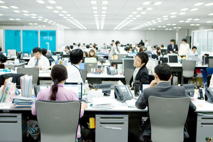 大阪寢屋川市政府引入自動關機系統來減少公務員加班的情況。