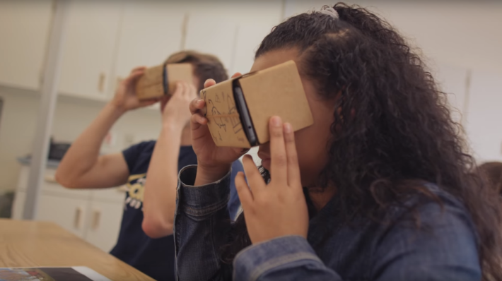 同學們只要使用 Cardboard 就可觀看自製的 VR 旅程了。