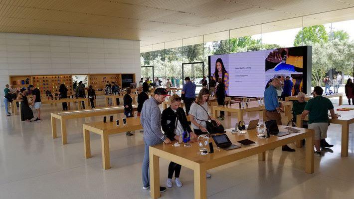 Visitor Center 內的 Apple Store,跟之前媒體開放日的沒大分別。