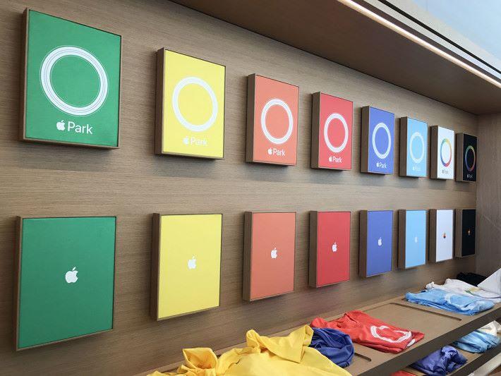 在這裡當然要買限定商品,其中 Apple Park Tee 有多種顏色及款式可選。