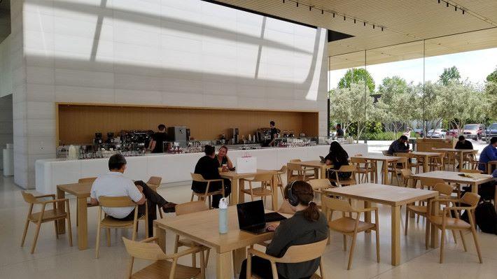 Caffé Macs 也跟 Apple Store 一樣,用上木製枱櫈,簡約 tone 如一。