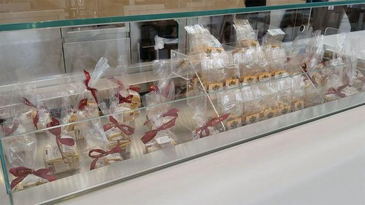 Caffé Macs 主打輕食,Snacks 只有朱古力及 nuts,飲品有㗎啡、茶、奶等。
