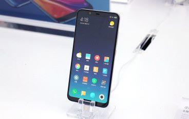 向 iPhone X 致敬? 小米 8 玩瀏海屏加雙鏡