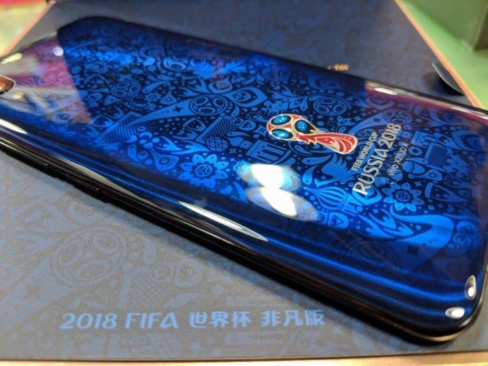 機背圖案融合俄羅斯及足球元素,當然不少得賽事的最高榮譽大力神杯圖案。
