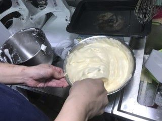 Step 2: 把蛋黃加入牛奶拌勻成蛋黃糊,然後慢慢加入到蛋白漿中慢慢攪拌成班戟麵糊。