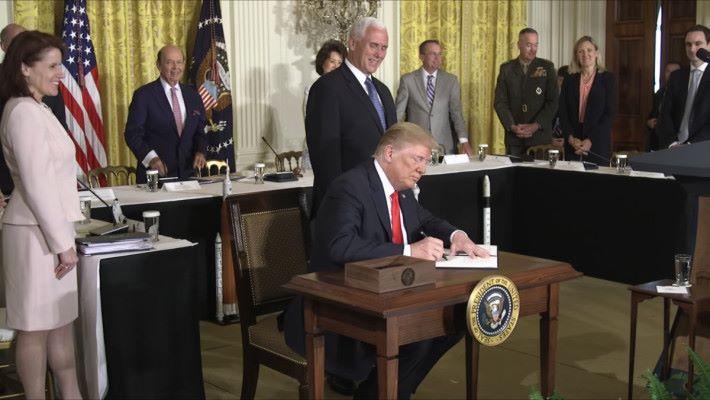 特朗普簽署名為「太空政策指令-3 」的文件,指令國防部成立太空部隊。(來源:美國白宮 YouTube 頻道)