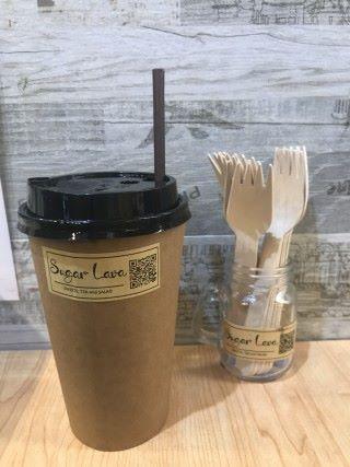 店舖內所採用的是環保紙杯、紙盆、紙吸管及紙叉,以減少塑膠垃圾的製造。