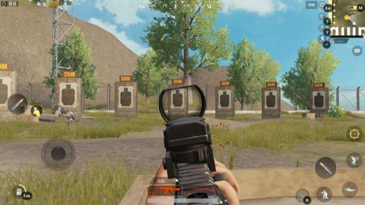 開鏡時探頭會因應斜側方向而改變舉槍姿勢。