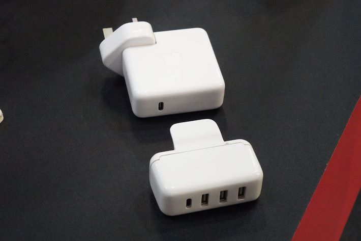 該概念 Smart Charger 原理是扣在 Apple 原裝 USB-C Power Adapter 之上使用。