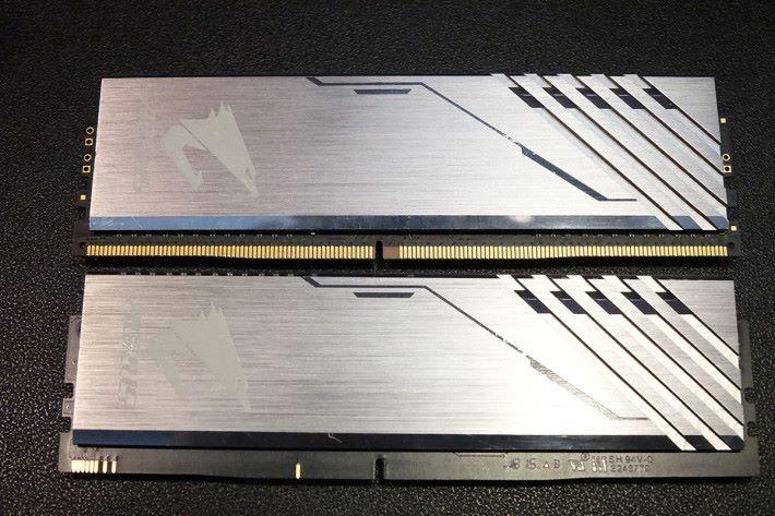 外觀上, DRAM (上)與 RGB Module 十分相似,大家可以找出不同之處嗎?( hint︰留意下方的金腳)。